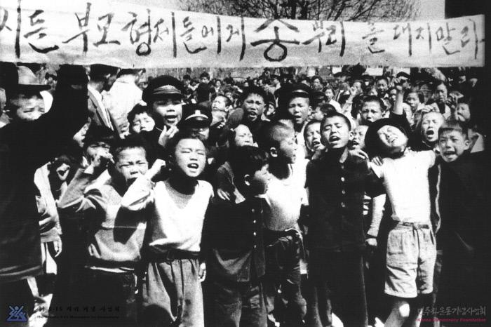 دانشجویان کره ای در اعتراض به حمل و نقل.  تهیه شده توسط پروژه جشن جنبش دموکراتیک