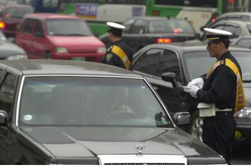 در تاریخ 2 آوریل 2001 ، هنگامی که سرکوب شدید علیه کسانی که کمربند بستند آغاز شد ، افسران پلیس متعلق به اداره پلیس Yeongdeungpo در سئول در مورد کمربند بستن یا عدم استفاده از آنها در مقابل دفتر Yeongdeungpo-gu بررسی کردند.  عکس مطالب روزنامه کیونگ یانگ.