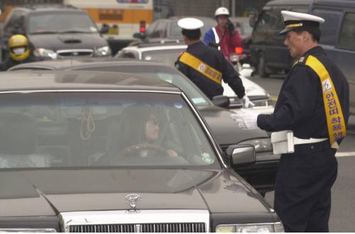 روز دوم ، هنگامی که سرکوب شدید علیه افرادی که کمربند نمی پوشند آغاز شد ، افسران پلیس متعلق به اداره پلیس Yeongdeungpo در سئول به بررسی کمربند زدن در مقابل دفتر Yeongdeungpo-gu فکر کردند.  عکس روزنامه کیونگ یانگ.