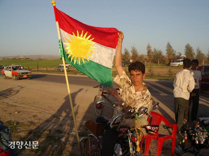 쿠르드족 청년이 쿠르드 깃발을 들고 있다. 유신모 기자