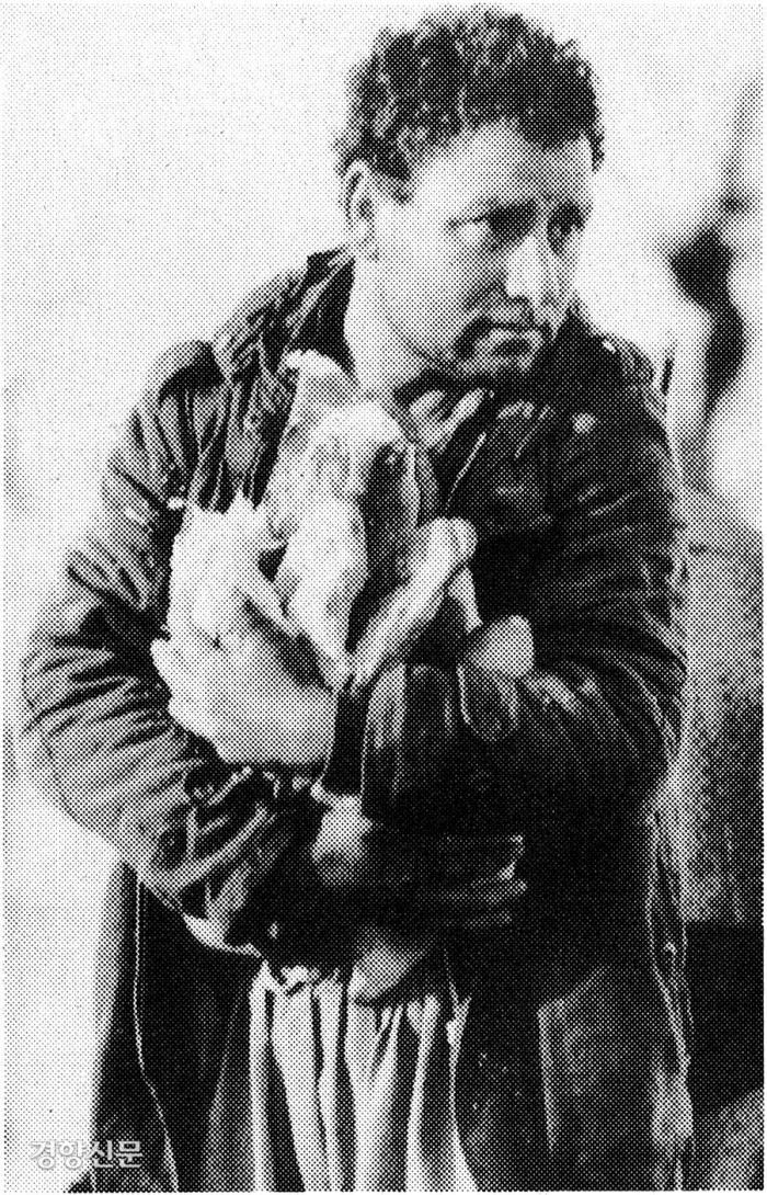 1991년 4월9일 터키 국경의 난민수용소에서 한 쿠르드족난민이 빵을 싣고온 덤프트럭 위에서 양팔로 빵을 감싼채 서 있다. 로이터연합뉴스