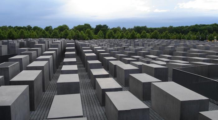 یادبود هولوکاست در برلین ، آلمان ، به یاد قربانیان کشتار یهودیان.  ویکیپدیا