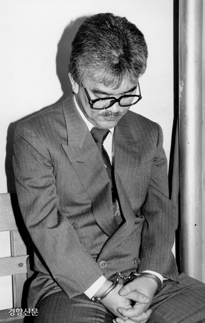 لی کانگ هوانگ هنگام دستگیری در سال 1991. عکس روزنامه کیونگ یانگ