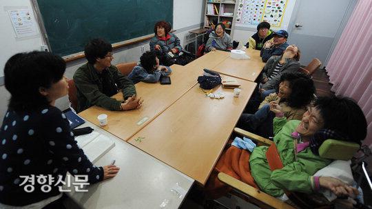 در تاریخ 18 آوریل 2011 ، یک کلاس تاریخ کره در Nodeulyahak Buulsurev (برنامه درسی متوسطه) در Dongsung-dong ، سئول برگزار شد.  عکس روزنامه کیونگ یانگ