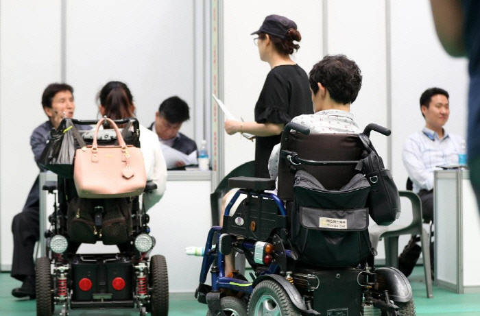 جویندگانی که بعد از ظهر 24 مه 2017 از نمایشگاه اشتغال معلولین در دبیرستان مدنی در داگو بازدید کردند ، منتظر دستور مصاحبه هستند.  اخبار yunhap