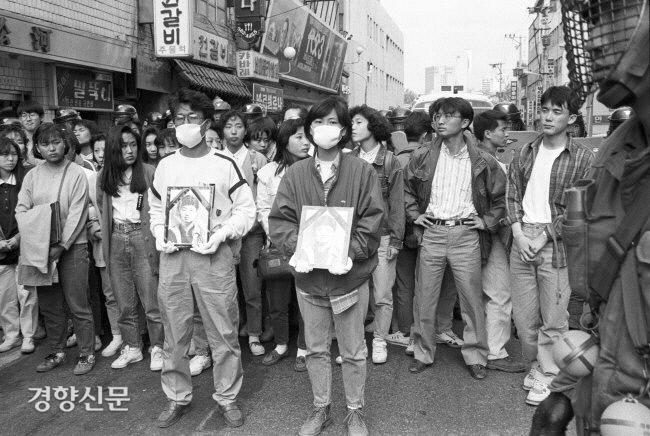 در تاریخ 2 مه 1991 دانش آموزان با حمل روح کانگ کیونگ دا به خیابان ها آمدند.  عکس مطالب روزنامه کیونگ یانگ