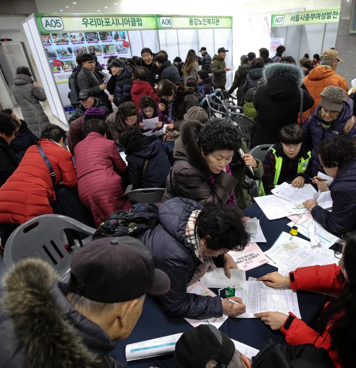 بازنشستگانی که در رویداد استخدام یکپارچه برای افراد مسن در حمایت از کار و فعالیت اجتماعی شرکت کردند ، در دفتر ماپو گو در سئول در سال 2019 برگزار شد ، در حال پر کردن برنامه های شغلی هستند.  اخبار yunhap