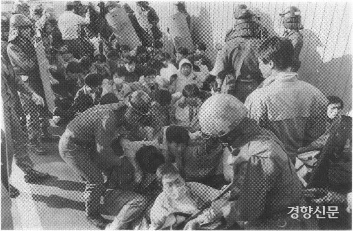 دانش آموزانی که به دلیل حادثه مرگبار مرحوم کانگ کیون دائه یک تظاهرات نشسته برگزار می کردند.  عکس روزنامه کیونگ یانگ.