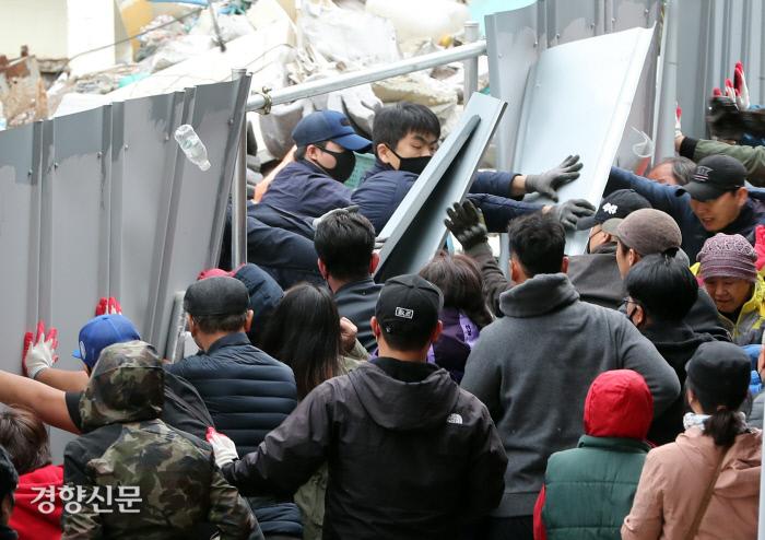 در تاریخ 25 آوریل 2019 ، مأموران اجرای قانون تلاش کردند تا در نزدیکی برج پارکینگ Noryangjin Market در Dongjak-gu ، سئول وارد شوند.  گزارشگر ارشد کیم یونگ-ژن