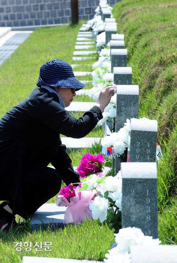 در روز هفدهم ، یک روز قبل از سی و یکمین سالگرد جنبش 5.18 دموکراسی ، یک خانواده داغدیده از مقبره همسر خود در 5.18 قبرستان دموکراتیک در گوانگژو بازدید کردند و برای التیام غم و اندوه سنگ قبر را پاک کردند.  خبرنگار کیم کی نام kknphoto @