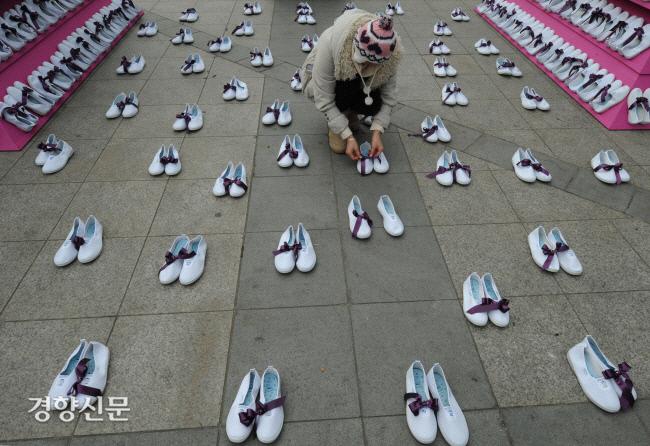 در 10 دسامبر 2010 ، یک شهروند را به یک روبان بنفش نماد ضد خشونت روی 1017 جفت کفش داخل سالن کودکان آویزان کردند ، که نشان دهنده تعداد قربانیان سو abuse استفاده جنسی از کودکان به مدت یک سال در میدان ایستگاه یونگسان در سئول است ، جایی که مبارزات انتخاباتی انجام می شد برای از بین بردن خشونت علیه زنان انجام شده است.