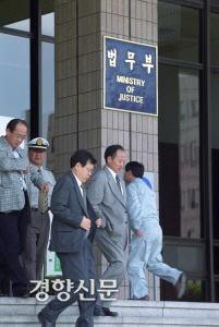 در 23 مه 2001 ، وزیر دادگستری اندونگ سو اندونگ سو در مراسم استعفا.  عکس روزنامه کیونگ یانگ