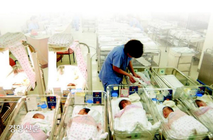 نوزادان تازه متولد شده در اتاق نوزادان بیمارستان دراز می کشند.  عکس مطالب روزنامه کیونگ یانگ