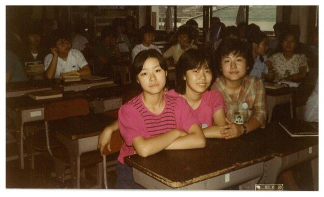 کیم گویونگ (سمت چپ) هنگام تحصیل در دبیرستان دخترانه محک در وانگکسی منی ، سئول.  مراسم تشییع جنازه کیم گویونگ