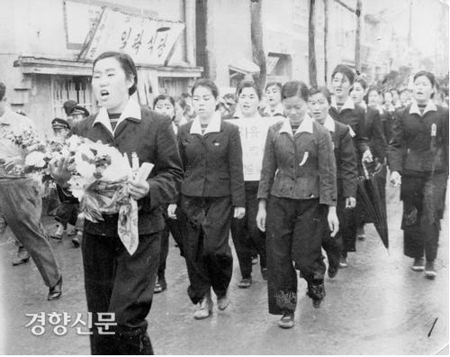 یک روز در آوریل 1960 ، دختران دبیرستان ماسان به احترام کیم جو یول که در اعتراض به انتخابات 15 مارس درگذشت ، راهپیمایی کردند.  عکس پرونده ای از روزنامه کیونگ یانگ