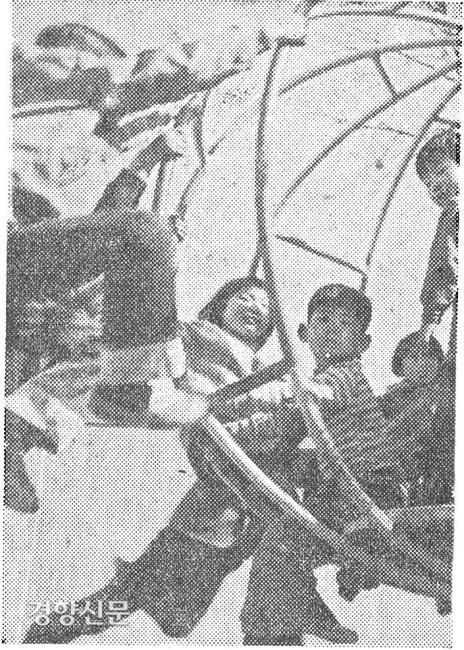 아이들이 놀이기구를 타며 놀고 있다. / 경향신문 자료사진