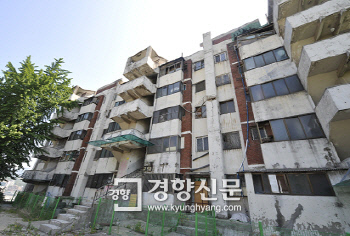 ساختمان مسکونی تظاهرات Geumhwa 4 ، Seodaemun-gu ، سئول ، آخرین بار در سال 2015 تخریب شد. آپارتمان Geumhwa ، که در سال 1971 پس از فروپاشی آپارتمان واو ساخته شد ، یکی از مجموعه های نمادین است که به نمایندگی از شهرک های مسکونی شهری متراکم اولیه کره است.  تهیه شده توسط شهر سئول