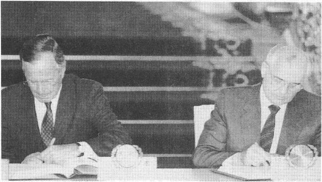 در 31 ژوئیه 1991 ، رئیس جمهور آمریكا جورج دبلیو بوش و دبیر كل شوروی میخائیل گورباچف پیمان كاهش تسلیحات استراتژیك (شروع) را امضا كردند.  عکس روزنامه کیونگ یانگ