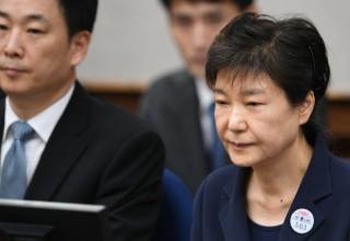 """법원 """"박근혜, 블랙리스트 친전 보고받아""""..강요죄 항소심 쟁점될듯"""