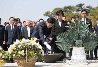 """김경수 의원 """"비껴갈 수 없는 과제""""…노무현 전 대통령 묘역서 경남지사 출마 신고"""