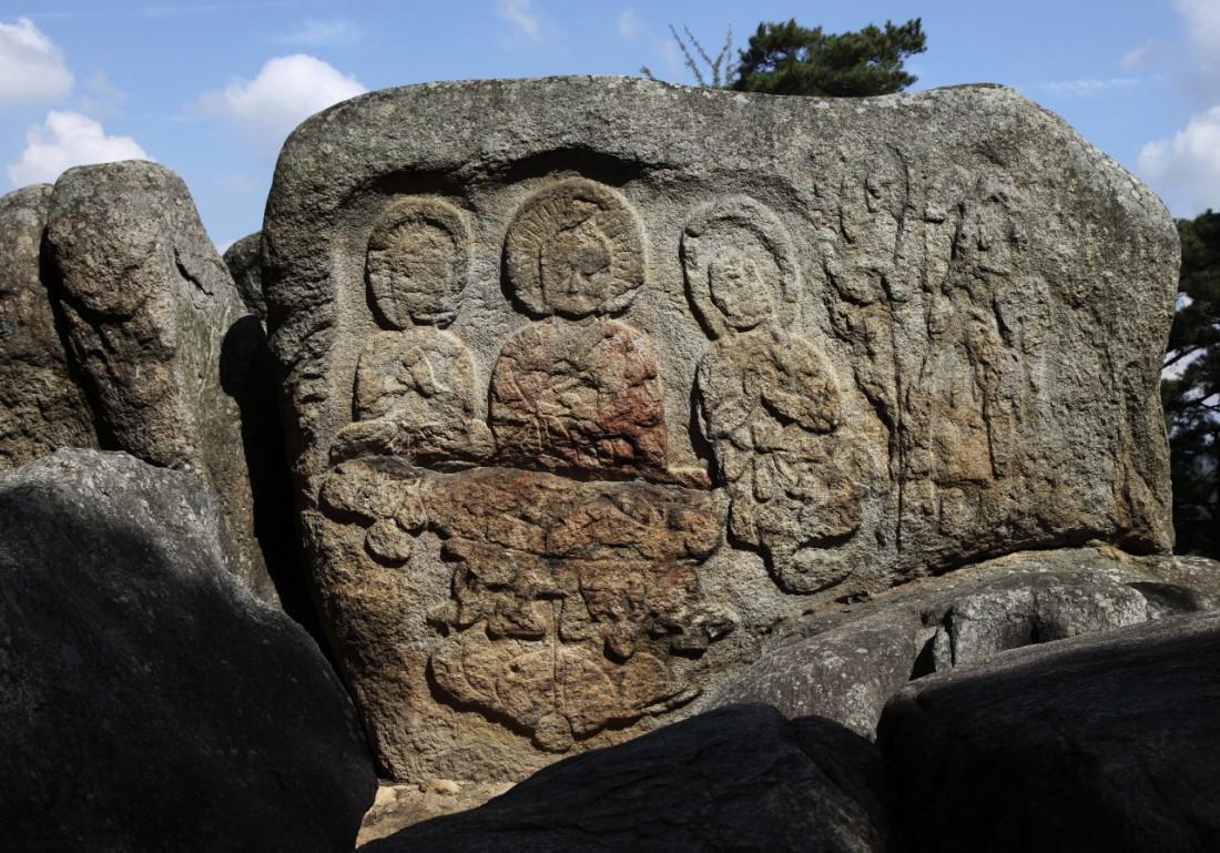 경북 경주 남산 탑곡 마애불상군 남쪽면 삼존불의 채색흔적. 가운데 및 좌협시 의 입술과 나한(승려)상의 입술에서 붉은 색이 보인다.|안장헌 원장제공
