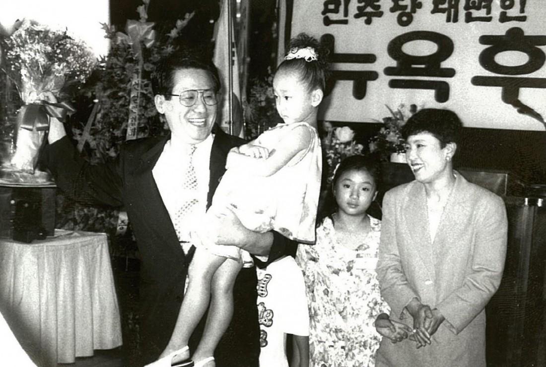민주당 대변인 시절 박지원 의원과 부인 이선자씨 그리고 두 딸.  박지원 의원 제공