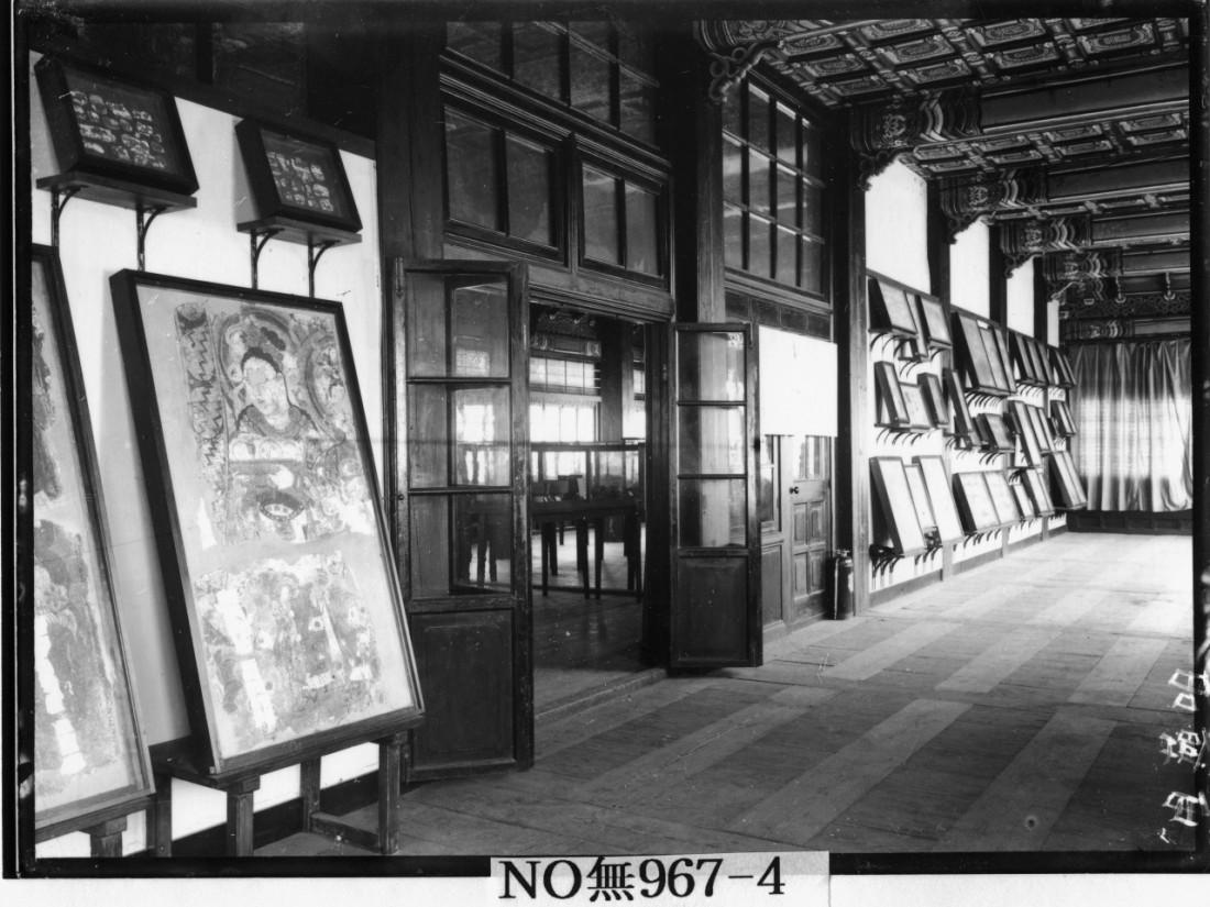 1916년 조선총독부 수정전에 전시된 오타나 컬렉션의 벽화 모습. 국립중앙박물관 소장품 가운데는 유독 벽화가 많다. 오타니가 여순(뤼순)으로 거처를 옮길 때 주로 불교경전 등 문서류만 가지고 갔고, 부피가 큰 유물들은 남겨놓았기 때문이다.|국립중앙박물관 제공