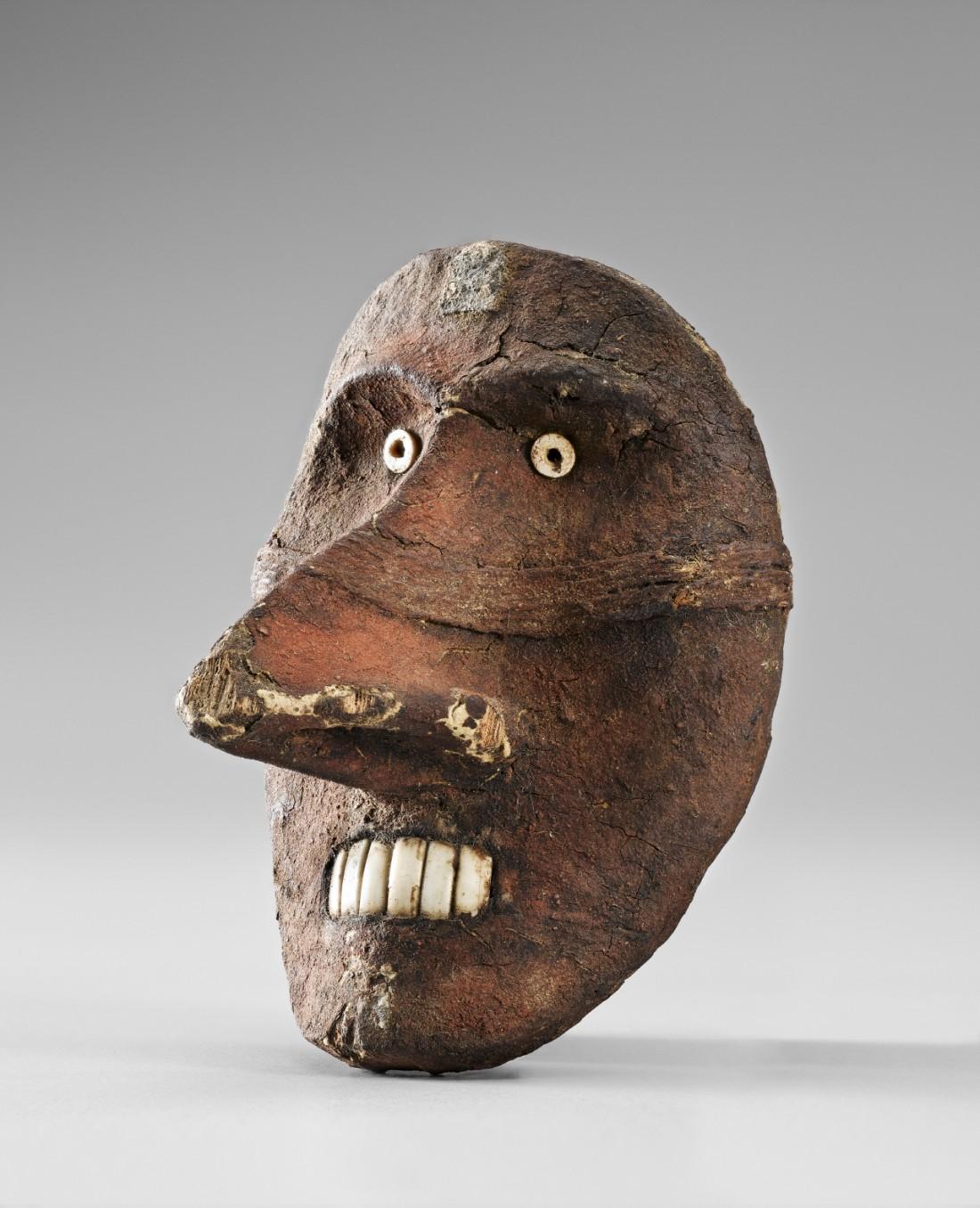 중앙아시아 로프노르에서 출토된 기원전 17~15세기의 목조인면상. 이런 인면상은 샤오허(小河) 유적에서 확인됐다. |국립중앙박물관 제공