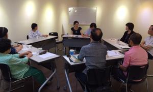 9월 2일 서울시 종로구 참여연대 아카데미 느티나무에서 '배움의 공동체서클 - 새로운 노년교육을 위하여' 참여자들이 '세대로 보는 한국의 노년'에 대해 토론하고 있다./참여연대 아카데미 느티나무 제공