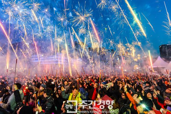 3월 11일 서울 광화문광장에서 열린 20차 촛불집회에서 시민들이 탄핵 인용을 축하하는 폭죽을 쏘고 있다. / 이준헌 기자