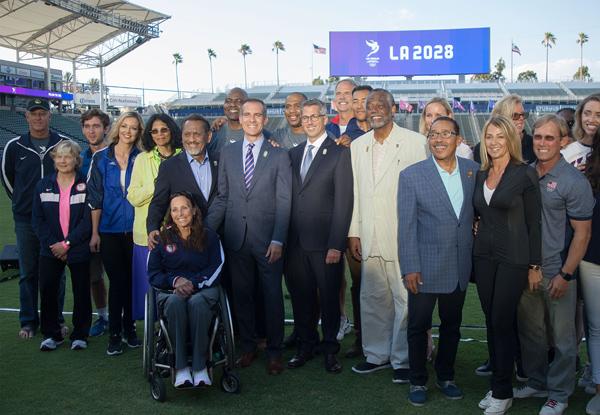 에릭 가세티 LA 시장(가운데 줄 왼쪽에서 7번째)이 미국 캘리포니아주 카슨에 있는 축구 전용경기장 스텁헙 센터에서 2028년 올림픽 유치 기자회견을 마치고 포즈를 취하고 있다. / 연합뉴스
