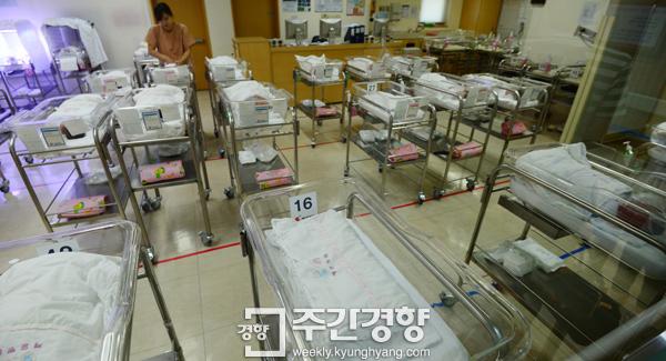 1960년 109만명이었던 출생인구는 2016년 40만명으로 떨어졌다. 올해는 36만명이 태어날 것이라는 전망이다. 사진은 한 병원의 신생아실./김창길 기자