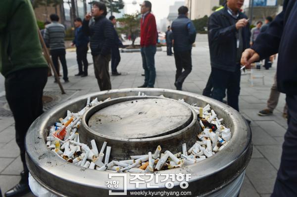 서울 시내 한 흡연구역 재떨이에 담배꽁초가 수북하게 쌓여 있다. / 정지윤기자