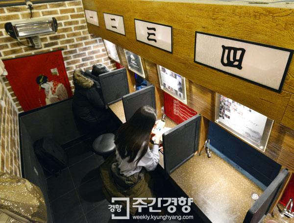 서울의 한 식당에 마련된 1인용 칸막이 식탁에서 혼자 온 손님들이 따로 식사를 하고 있다. / 김영민 기자