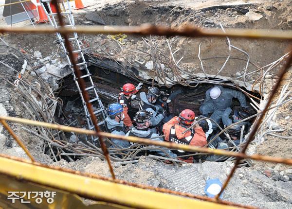 11월 25일 경찰 및 소방 관계자들이 서울 서대문구 KT 아현지사 지하 통신구 화재 현장을 조사하고 있다./강윤중 기자