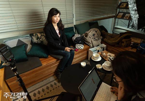 서지현 검사가 12월 17일 서울 송파구의 한 카페에서 ><주간경향 >과 인터뷰를 하고 있다.