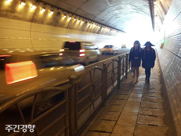 경남 김해시 장유터널 안 인도로 학생들이 등교하고 있다.(기사와 관계없음) / 김정훈 기자
