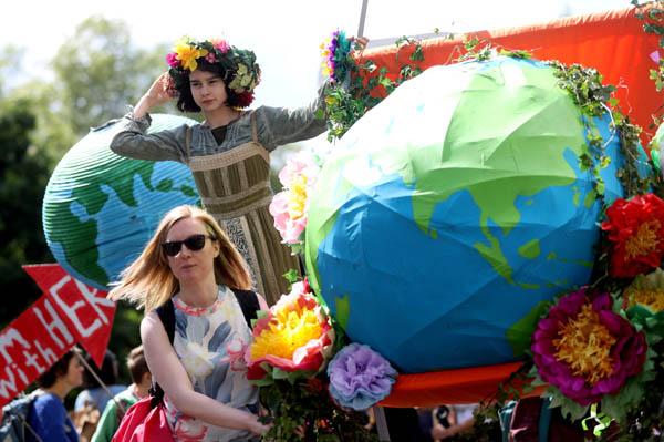 '국제 어머니의 날'인 지난 5월 12일(현지시간) 영국 런던에서 '멸종저항' 운동을 벌이는 활동가들이 기후변화 대응을 요구하는 행진을 하고 있다. / 로이터|연합뉴스