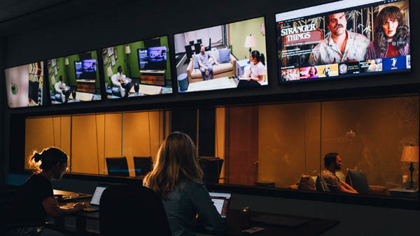 미국 LA에 있는 넷플릭스 사무실에서 직원들이 업무를 처리하고 있다. / 넷플릭스