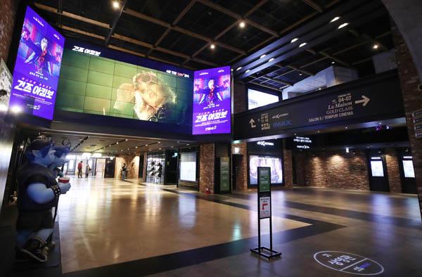 코로나19 확산 이후 관객들의 발걸음이 끊긴 서울의 한 멀티플렉스 영화관이 한산한 모습을 보이고 있다. / 연합뉴스