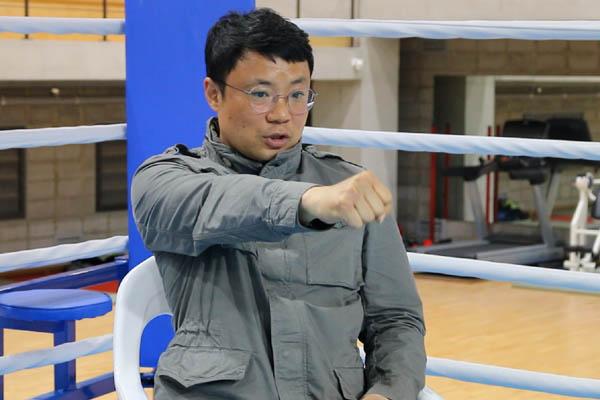 김주영 한국복싱진흥원 이사장이 복싱 기술을 설명하고 있다.