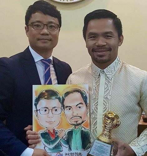 김주영 한국복싱진흥원 이사장이 필리핀 복싱영웅 파퀴아오 상원의원과 기념사진을 찍고 있다. / 본인 제공