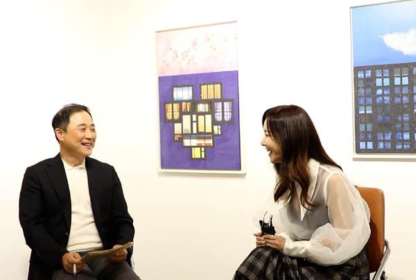 아트테이너 김혜진(사진 오른쪽)이 김재현 한국문화스포츠마케팅진흥원 이사장의 질문에 답을 하고 있다.