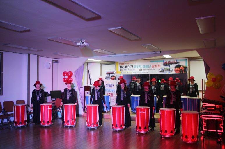공연을 하고 있는 중매서 상인 동아리 회원들의 모습
