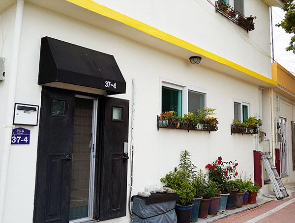 색체 정비가 이뤄진 마을의 건물들