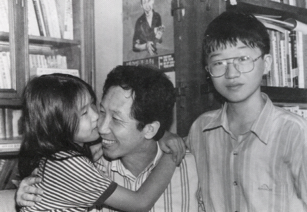 김근태가 1992년 교도소에서 출소한 뒤 서울 수유리 집에서 딸 병민·아들 병준과 함께 있는 모습.  알마 제공