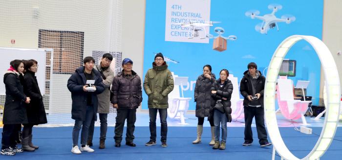 지난 26일 오전 서울 성동구 4차 산업혁명 체험센터 1층 '드론 실내 체험장'에서 드론스쿨 성인반 수업에 참가한 수강생들이 강사가 날린 드론을 보고 있다. 성동구 제공
