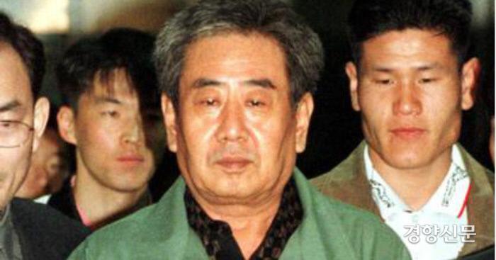 '고문기술자' 이근안이 1999년 10월 자수한 뒤 구속되고 있다. 경향신문 자료사진