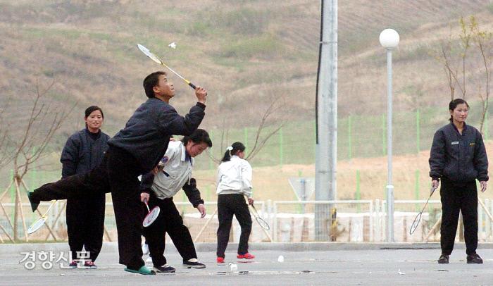 개성공단 신원에벤에셀에서 근무하는 북한 노동자들이 점심시간을 이용해 배드민턴을 치며 휴식을 즐기고 있다. 2006.4.28/사진공동취재단