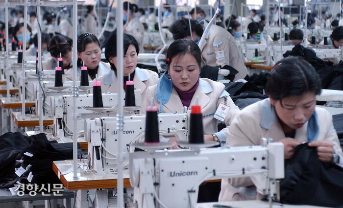 개성공단 신원 제1공장에서 북한 노동자들이 작업을 하고있다. 2006.2.9 /사진공동취재단